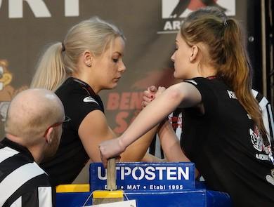 Dubbla svenska mästarinnan Elina Persson (vänster) vs Amanda Kristensson, -55 kg. Foto: Ulf Kaunitz Viltfoto.